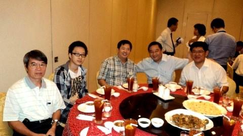 2.與會菲律賓台商總會理監事, 左起: 莊炳揚理事, 莊炳揚公子, 施瑞隆組織主委, 李誠正文宣主委, 黃仲廷體育主委。