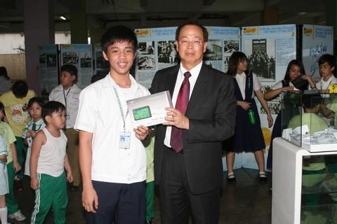 18. 由李傳通大使抽出平板電腦兩台並與得獎學生合影.