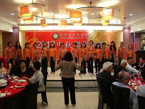 媽媽合唱團演唱經典台灣歌曲.